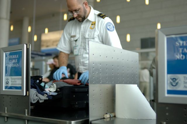 Aeropuertos de Estados Unidos obligarán a sacar del equipaje de mano no solo laptops y tablets [+Video]